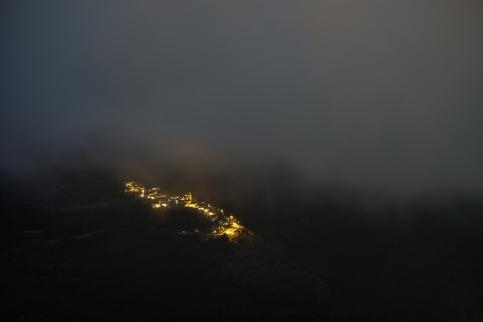 Der Ort Corte untergalb Triora bei Nacht